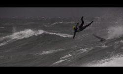 Grote golven met een foil kitesurfen