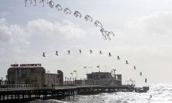Kitesurfen over iets heen springen