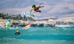 Strapless pro kitesurfer